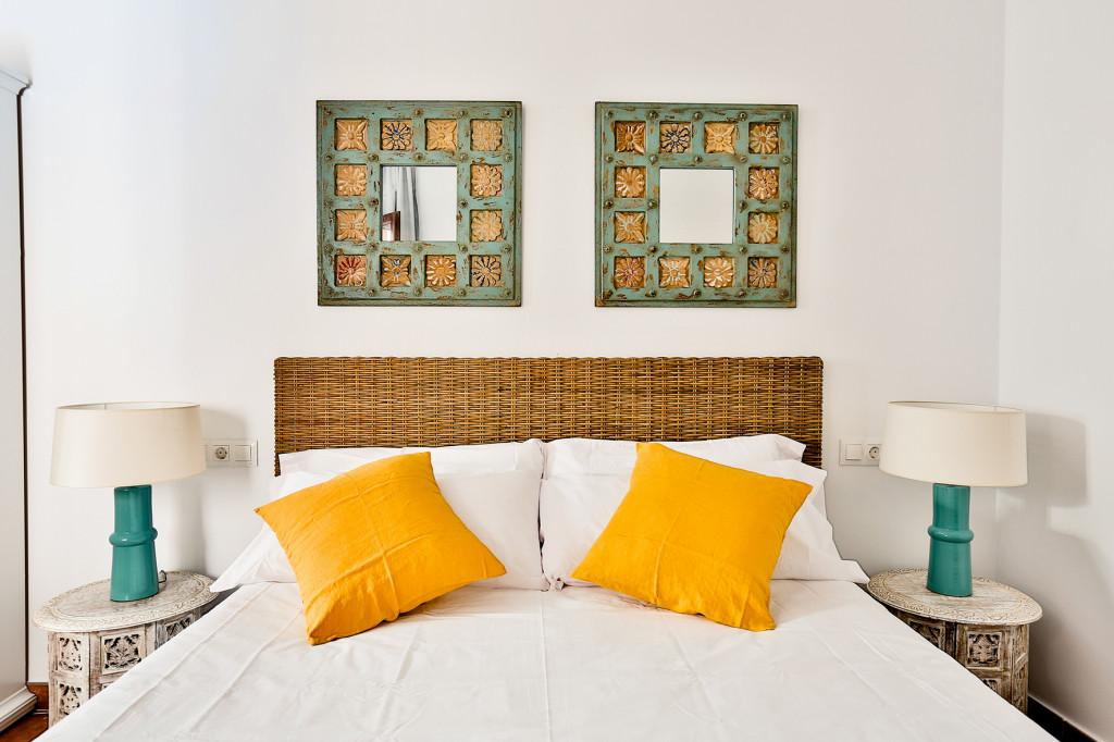 dormitorio amarillo y mimbre